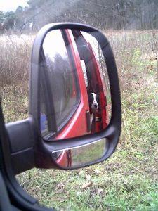 Een hond in de bus van hondenuitlaatservice Vagebond op het eigen omheinde terrein